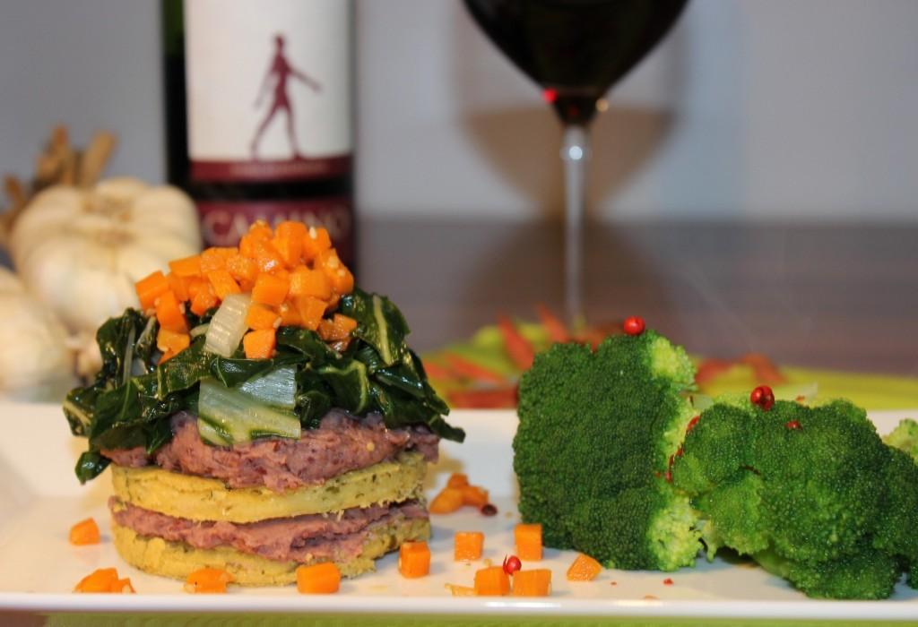 Kichererbsen-Bohnencreme-Mangold Türmchen mit Sesam-Möhren
