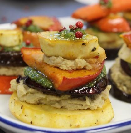 Ofengemüse Türmchen mit Hummus und Cashew-Pinien-Pesto